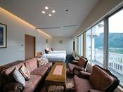 """【錦帯橋側◆貴賓室】 ベッドからソファから。いつでも""""最上階の眺望""""を愉しめる、エグゼクティブルーム"""