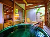 【露天風呂付客室】[露天風呂] 好きな時に湯に入り、そのまま布団になだれ込む。何とも贅沢なひととき。