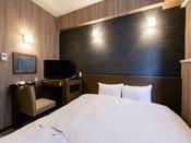 【デラックスダブル】15平米の客室に160cm幅のベッドを1台設置。