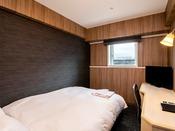 【スタンダードダブルルーム】15平米の客室に140cm幅のベッドを1台設置。