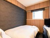 【スタンダードセミダブルルーム】14.6平米の客室に120cm幅のベッドを1台設置。