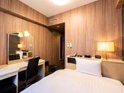 【スタンダードシングルルーム】14.6平米の客室に120cm幅のベッドを1台設置。