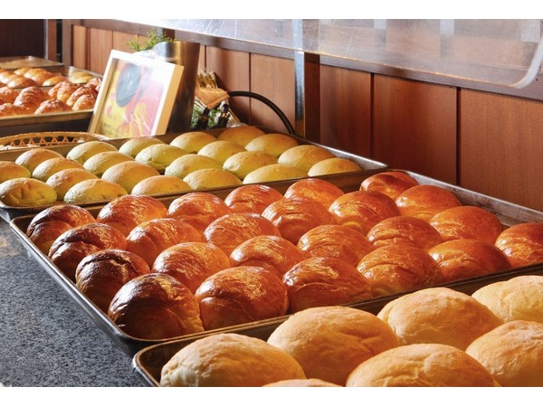 朝食 洋食会場にて焼き立てパン