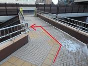 新設された階段を左へ下ります。
