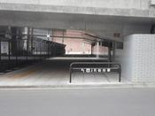 仙台駅2階ペデストリアンデッキ(歩道橋)が拡大され、ますます便利になりました。AER北東に新設された階段を下り、宮城野橋(旧X橋)の下をくぐると、ホテル正面玄関です。道路を横断される際は、お車に十分お気を付けくださいませ。画像はホテルから見た通路です。