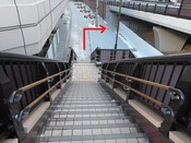 進行方向右手、宮城野橋(旧エックス橋)下の通路が見えます。