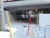 通路先の正面に、ホテルJALシティ仙台の正面玄関がございます。