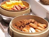 朝食 和洋バイキングメニュー(薩摩揚げ、出汁巻き卵、ウインナーなど朝食の定番メニューです)