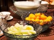 朝食 和洋バイキング:フルーツコーナー(旬の果物やヨーグルトをご準備してます)
