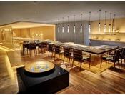 店内には会席料理のテーブル席に加え、白と黒の対比が斬新な寿司カウンターと大小3つの鉄板焼きカウンターを展開。さらに変化に富んだ意匠が施された、個性豊かな8部屋の個室とセミプライベートルームが設けられています。