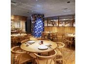 完全に生まれ変わったヒルトン東京のダイニングフロアにあって唯一、中国料理の『王朝』だけがTSUNOHAZU誕生以前に存在したレストランの名を引き継いでいます。