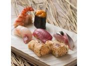 藁で燻したネタや江戸前寿司誕生時に使われていた赤酢など、「十二颯」ならではのこだわりを感じていただける寿司を堪能ください。