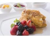 ホテル伝統のフレンチトーストをはじめとする約60種類の豊富なアイテムが揃う朝食ブッフェ。