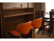 【コンフォートツイン】カウンターテーブルには可愛らしいオレンジのチェア