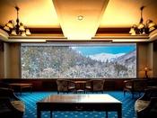 【展望ラウンジ】4月中旬まで絶景の雪化粧の谷川岳をご覧いただけます