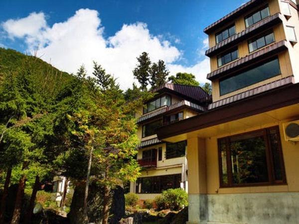 澄んだ空気と鮮やかな自然に囲まれた山荘