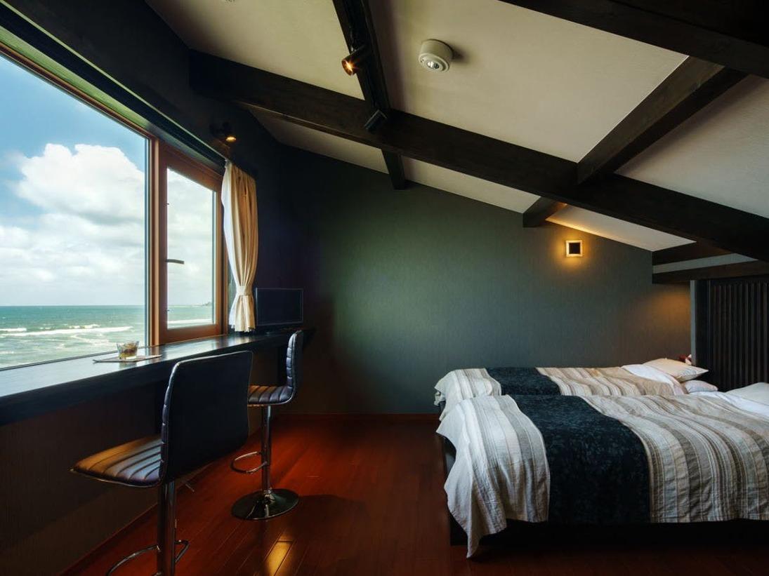 全て違う造りの 『別邸 華海廊』客室はすべてメゾネットタイプ。ベッドルームから日本海一望。