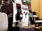コーヒーマシンでお好きなものをどうぞ。
