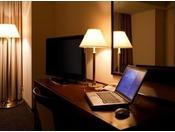 全ての客室が無線LAN(Wi-Fi)に対応しております。有線LANでの接続をご希望のお客様には、フロントにて有線化コンバーターを無料でレンタルしております。数に限りがございますので予めご了承ください。