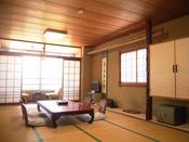 和室一例(16畳)窓辺の席に座って、行き交う漁船を眺めるのがおすすめ