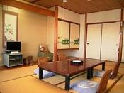 和室一例(12畳)窓辺の席に座って、行き交う漁船を眺めるのがおすすめ