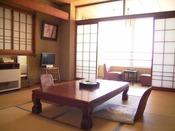 和室一例(10畳)窓辺の席に座って、行き交う漁船を眺めるのがおすすめ