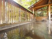 ホテルおかだ内大浴場には、露天風呂もございます。こじんまりしておりますが、木々の香りや風を感じながら温泉を楽しめます。