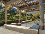 <ホテルおかだ・足湯> 湯坂山を望む、絶景の足湯です。緑豊かな山々を眺めながら、ゆったりと語らってみてはいかがでしょうか?