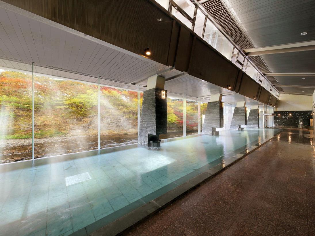 渓流を望む1階「天河の湯」大浴場【秋】※偶数日・奇数日で男女ご利用いただける大浴場が異なります。