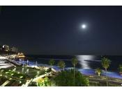 満月の夜は海面にムーンロードが輝きます