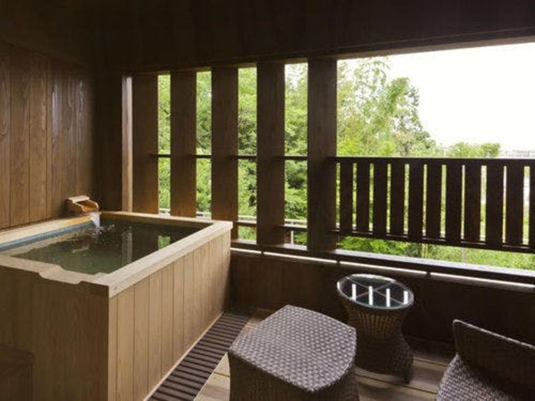 2013年7月1日オープンのはなれ葭蘆葦(かろい)客室「和室リビング+ツインベット」の露天風呂(温泉配湯)