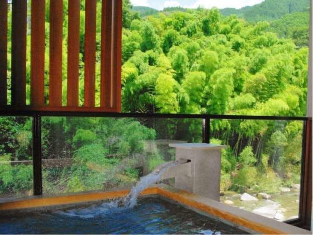 総檜造りの『家族露天風呂』。嘉瀬川に面した開放感のある露天風呂で、寛ぎの時間をお楽しみください。