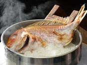 目の前のお釜で炊き上げる『鯛めし』