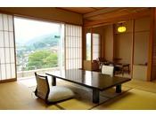 上層階川側和室。窓からは谷川岳の雄々しい姿と利根の雄大な流れをご覧いただけます。