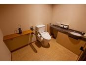 準特別室のお手洗いです。手すりもあり広々としています。