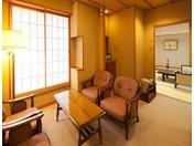 山側和室。緑に囲まれた客室でゆったりとお過ごしください。