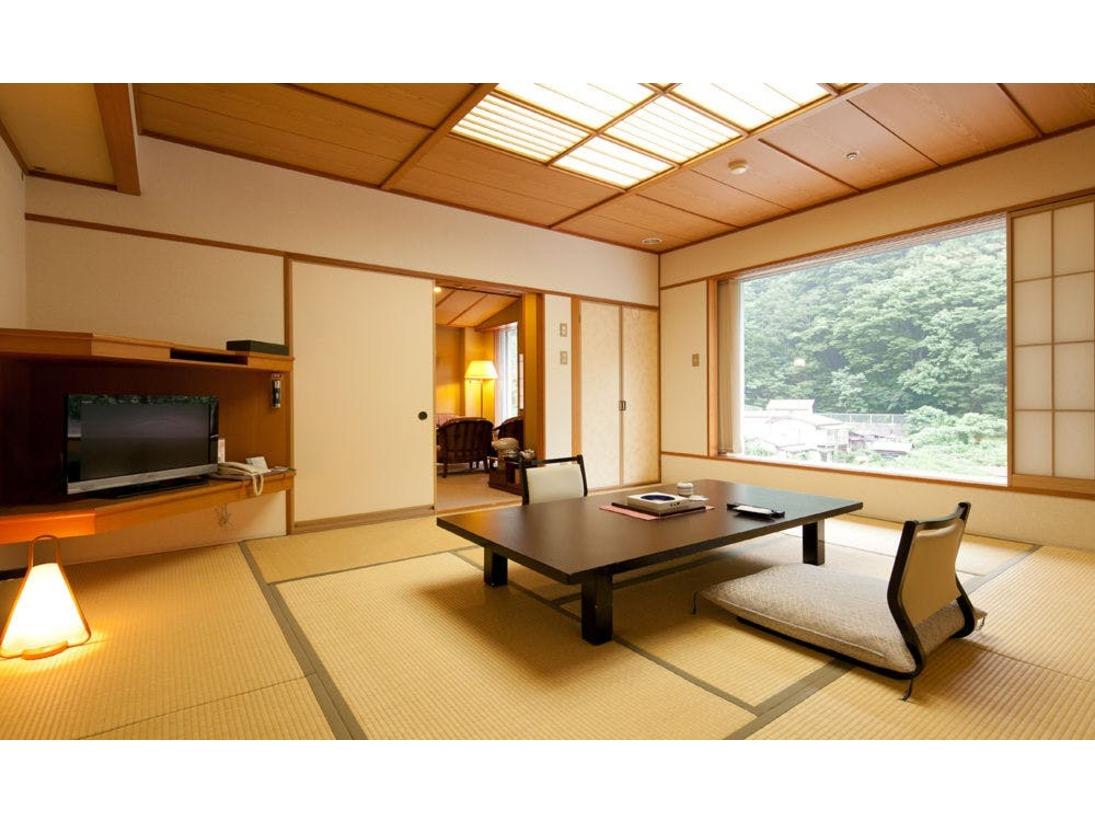 山側和室。窓からは水上の自然と上越線の姿をご覧頂けます。