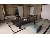 次の間付和室。渓流を望む10畳+6畳の広々とした客室。3世代でのご家族旅行やグループでのご旅行におすすめです。