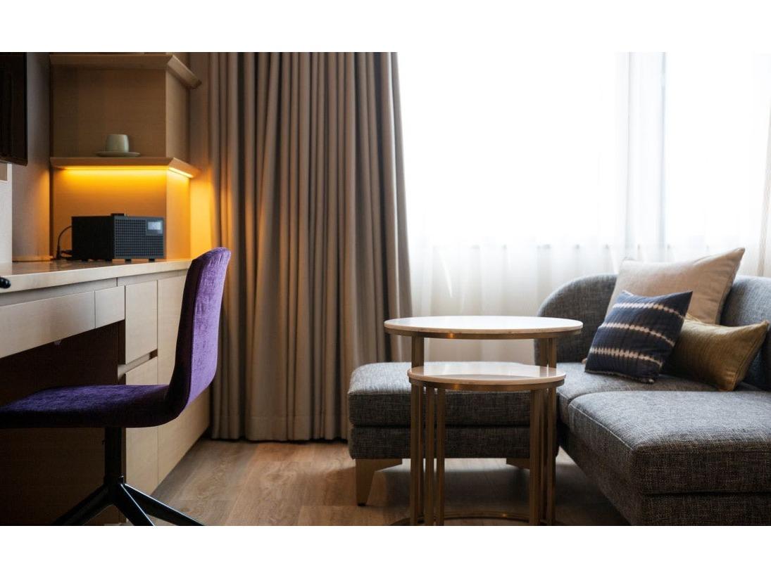 全室にソファーをご用意しております。TVを見ながらくつろいだり、音楽を愉しんだり、映画を見るのに最適です。