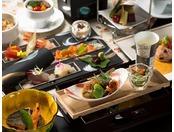 旬の食材を吟味し、地元の食材をふんだんに使った富士和洋会席膳。創業当時のレシピを受け継いだ高原野菜シチューが好評です。