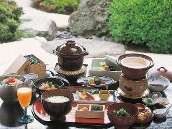 朝食には釜炊きした地元産仁多米ご飯