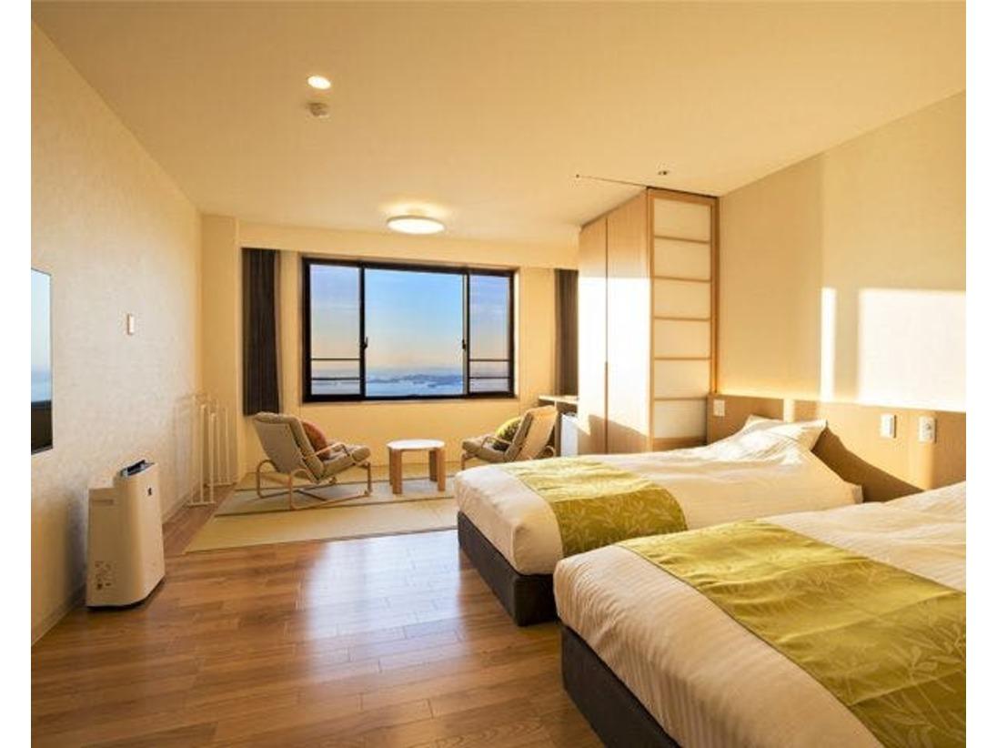 瀬戸内海の多島美や瀬戸大橋を望める絶景が楽しめる建物の上層階(最上階5階の内、4階と5階)に和洋室をご用意しました。     ベッドの寝心地の良さと、和室の居心地の良さを一度に味わえる和洋室です。