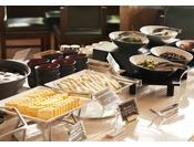 毎日約50種類を取り揃えた、人気の朝食バイキング。宮城県産ひとめぼれ、仙台名産 笹かまや仙台味噌に漬けた焼き魚、牛タンカレーなどなど、地元の素材を生かした「宮城の味」をご用意しております。朝食営業時間 6:30-10:00