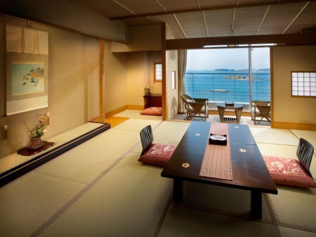 お部屋の真下にはサンセットビーチ、そして光輝く三河湾が一望できるロケーションです。