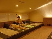 【屋内岩盤浴】屋内岩盤浴は作務衣と上にかえるバスタオルのレンタルがございます。(600円税込)
