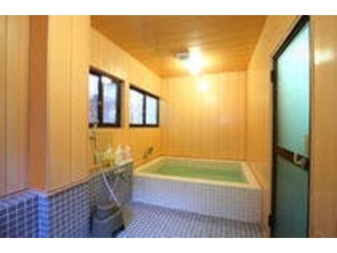 広々した浴槽と洗い場です。ベビーチェアやおもちゃも完備しております