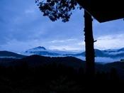 【草屋根の宿 龍のひげ】「かえで」からの幻想的な風景。まるで由布岳に龍が舞い降りたかのよう…
