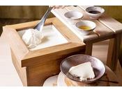 北海道大豆「トヨマサリ」の濃厚な豆乳と天然本にがりを使用した手作り豆腐です。出来たてのならではの大豆の甘さ、なめらかさは格別。お好みで昆布塩、オリーブオイル、出汁醤油を添えて召し上がれ。