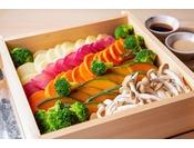 たくさん野菜を美味しく食べることが出来る、せいろ蒸し。2種類のソースと共に。