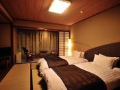 【和室】 広さ24.2平米。畳の上にローベッドを置いたお部屋です。